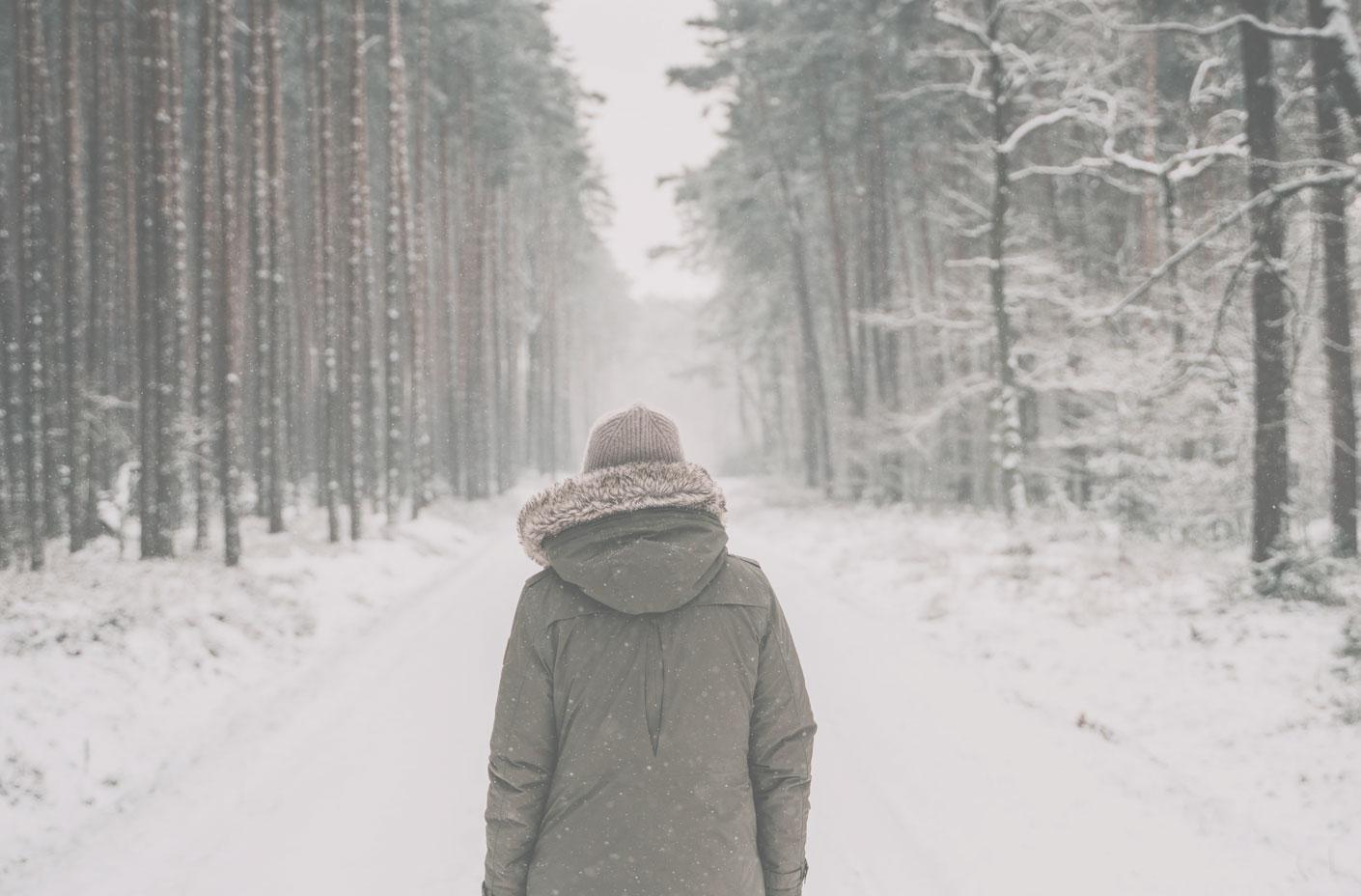 Man på snöig skogsväg